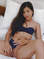 Adorable Thai girlfriend Em spreads muff wide