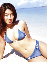 Drop dead gorgeous gravure idol babe at the beach in her bikini