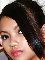 Sexy Filipina girl Yvonny loves spreading her sweet pussy