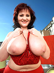 Hot thick redheaded mom strips for you