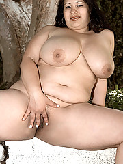 Curvey brunette nude in park