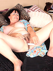 Tattooed plumper gives her wet fur purse a workout