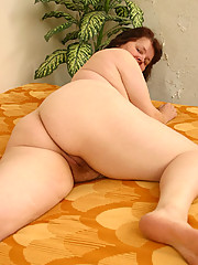 Stout milf spreads her heavy wrinkled buns