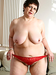 Sexy hot mature chubby wanna show you her body