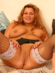 Fat stockinged mommy spreads her yummy full hips