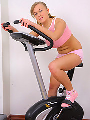 Busty fatty works her little smoothie out in gym