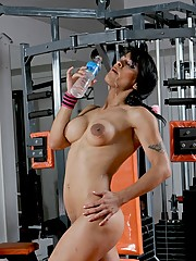 Smoking hot Morena del Sol exposing herself in the gym