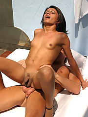 Happt tranny babe getting some jizz right on her chin