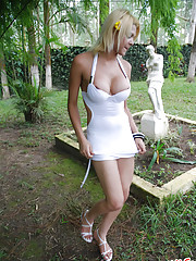 Tempting T-girl posing naked outdoors