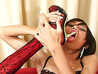 Seductive shemale uses her super heels in solo sex