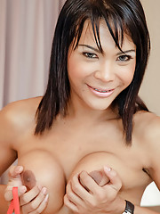 Watch ladyboy Liccy cover herself in spunk