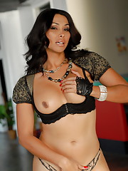 Glamorous tgirl Vaniity posing her perfect hot body