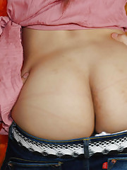 Sexy T-girl bares her chubby butt