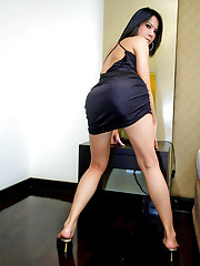 Bobbed t-girl Layla pokes her behind and wanks off