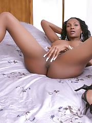 Chocolate sweetie Electra posing her tempting body