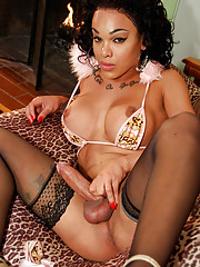 Hot ebony T-girl stripping