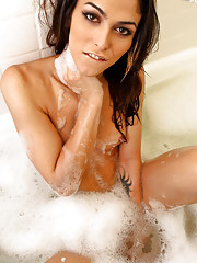 Domino wanks in the bath!