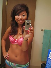 Asian camwhoring chick showing off her sexy body